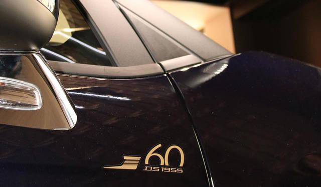 60周年記念特別仕様車は、ボディステッカーのほか、インテリアには特製フロアマット、1台ごとの限定ナンバーが彫られたプレートなどが奢られている