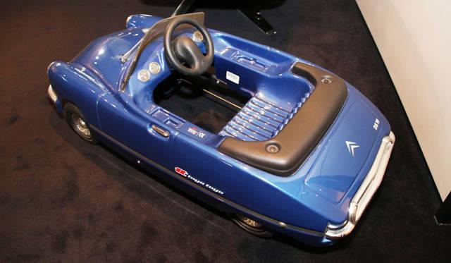 トーイズ・トーイズ社製のオリジナルDSを模したペダルカー。実車をイメージさせる1本スポーク・ステアリングが憎い