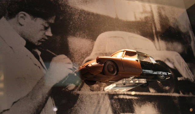 オリジナル・シトロエンDSのクレイモデルと、デザイナーのフラミニオ・ベルトーニ(1903-1964)