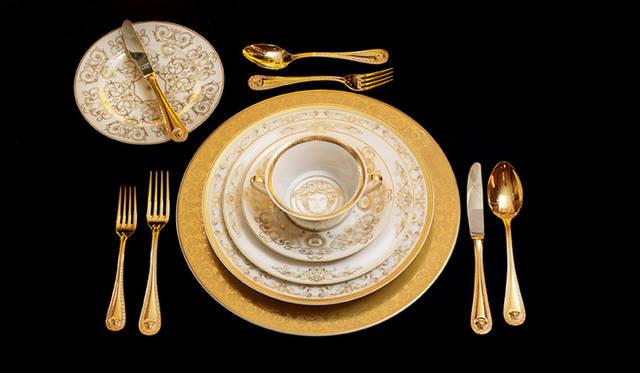 <strong>VERSACE ヴェルサーチ</strong><br />「VERSACE HOME 銀座店」 2014年に発表されたテーブルウェア「medusa gala」