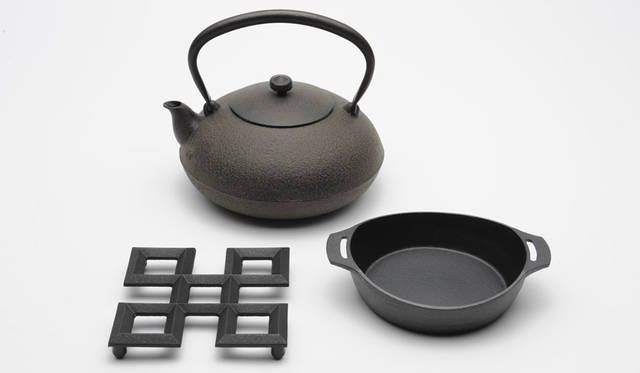 <strong>LIVING MOTIF|リビング・モティーフ</strong><br />「日本の道具 ~自然素材を生かしたものづくり~」 鋳心工房(鉄瓶、グラタン皿、鍋敷き)