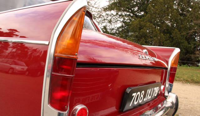米国車のテールフィンの影響をうかがわせるリアのデザイン。