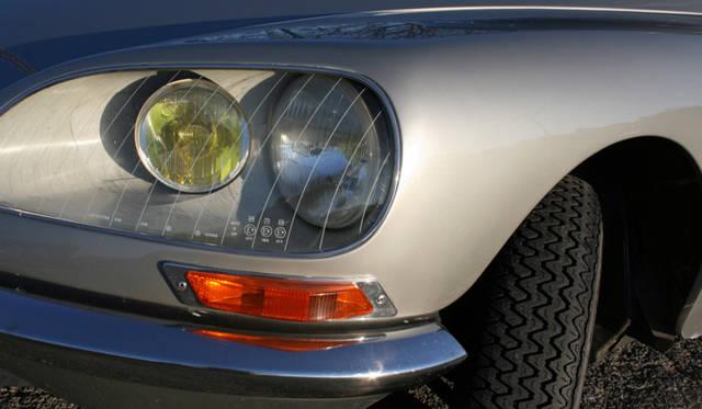 内側のヘッドライトは、ステアリング連動式。