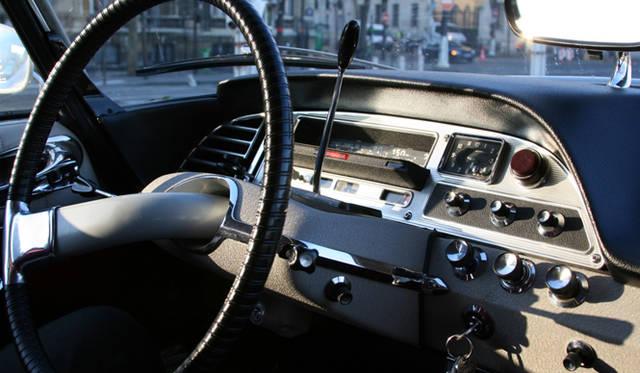 ディディエ氏の1968年DS21は、2ペダル油圧式オートクラッチの4段。1本スポーク ステアリングは、ここが直進位置。