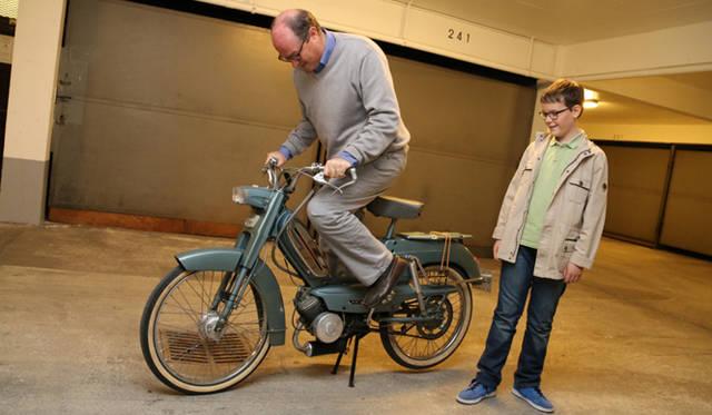 地下駐車場にて。少し前にディディエ氏がアルザスで手に入れた1972年プジョー製原付2輪「BB」のエンジンを始動する。