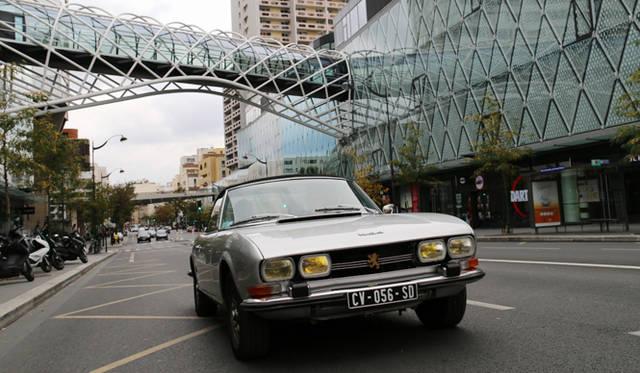 パリ在住の古いフランス車愛好家、ディディエ・ジュオン氏の1973年プジョー504カブリオレ。パリ15区のショッピングモール「ボーグネル」前にて。