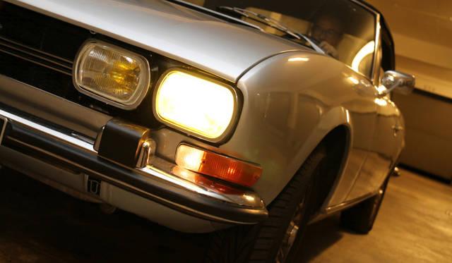往年のフランス車のおきまりであるイエローバルブ。