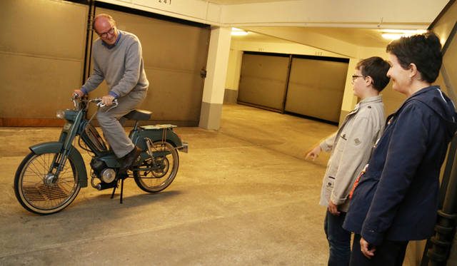 「BB」で遊ぶディディエ氏を見守るナタリーさんとブノワ君。