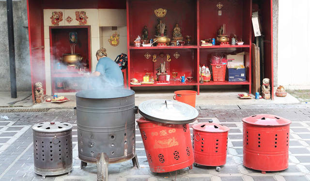 <strong>Hungry Ghost Festival</strong><br> 日程|7月27日(月)〜8月24日(月)<br> 会場|Chinatown、Lorong Koo Chye Sheng Hong Templeほか<br /> http://www.yoursingapore.com/festivals-events-singapore/cultural-festivals/hungry-ghost-festival.html<br /> <br> Photographs by HARA Takao (Singapore)