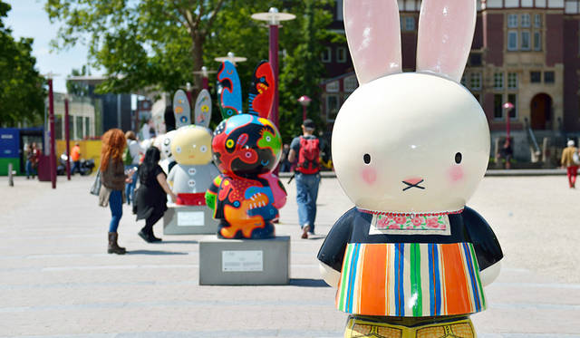 <strong>Miffy Art Parade</strong><br> 日程|5月1日(金)〜9月30日(水)<br> 入場料|無料<br> 会場|Museumplein Square、Hortus Botanicus Amsterdam、Rijksmuseum、Van Gogh Museum、Conservatorium Hotelほか<br /> http://www.miffy60-exhibition.jp/art-parade/<br /> <br> Photographs by YUI Kiyomi (Amsterdam)