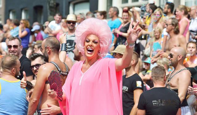 <strong>Amsterdam Gay Pride</strong><br> 日程|7月25日(土)〜8月2日(日)<br> 時間|22:00〜翌2:00<br> 入場料|カナル・パレードは無料。そのほかのイベントはホームページをチェック。<br> 会場|Theater Amsterdam、Homomonument、Paleis van de Weemoed、Paradisoほか<br /> http://pride.amsterdam<br /> <br> Photographs by YUI Kiyomi (Amsterdam)