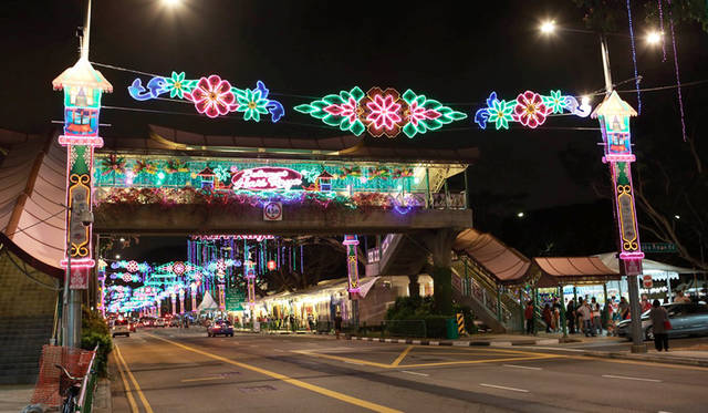 <strong>Hari Raya Haji</strong><br> 日程|9月24日(木)<br> 会場|Geylang Serai、Kampong Glamほか<br /> http://www.yoursingapore.com/festivals-events-singapore/cultural-festivals/hari-raya-haji.html<br /> <br> Photographs by HARA Takao (Singapore)<br><br>  ※写真は「ハリ・ラヤ・アイディルフィトリ」の夜店の様子