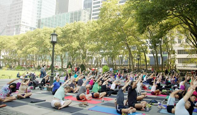 <strong>Bryant Park Yoga</strong><br> 日程|5月19日(火)〜9月24日(木) ※毎週火曜・木曜<br> 時間|火曜 10:00〜11:00、木曜 18:00〜19:00<br> 入場料|無料<br> 会場|Bryant Park<br /> 41 W 40th Street, New York, NY 10018, United States<br /> http://www.bryantpark.org<br /> <br> Photographs by YANAGAWA Shino (New York)
