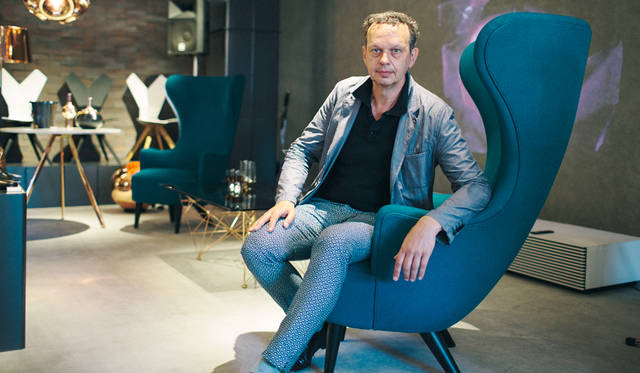 代表作「Wingback Chair」に腰かけたトム・ディクソン氏。