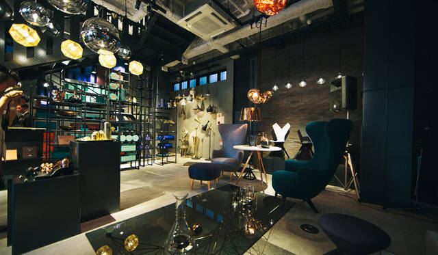 「TOM DIXON SHOP」の店内。「Wingback Chair」「Wingback Footstool」「Y Chair Shell&White Sled Base」などが並ぶ