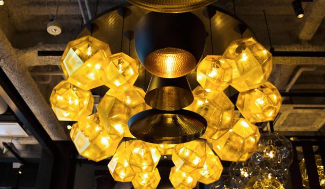 「TOM DIXON SHOP」には多くのペンダントライトやシャンデリアが展示されている。手前は「Beat Light」シリーズ、奥は「Etch Pendant Brass 32cm」を組み合わせてシャンデリアに仕立てたもの