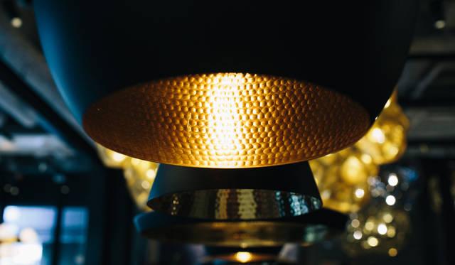 「TOM DIXON SHOP」に展示されたペンダントライト「Beat Light」シリーズ。金属を打ち出して成形されるクラフト感あふれるライトだ