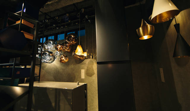 「TOM DIXON SHOP」に展示されたペンダントライト。左は「Melt Shade」シリーズ、右はBeat Light」シリーズ