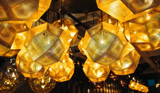 「TOM DIXON SHOP」に展示された「Etch Pendant Brass 32cm」を組み合わせてシャンデリアのように仕立てられている
