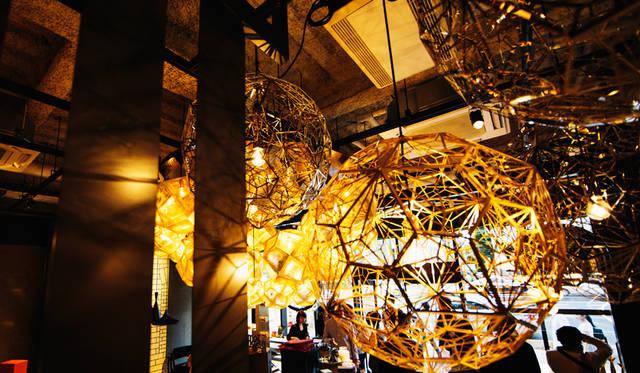 「TOM DIXON SHOP」に展示された大ぶりなペンダントライトは「Etch Web Brass Pendant」