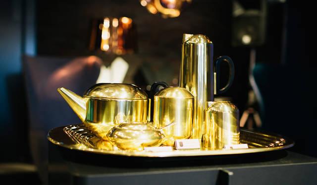 「TOM DIXON SHOP」店内に展示された、いずれも「Form」シリーズのティーセット。トレー「Tray Square」、ティーポット「Teapot」、シュガーボール「Sugar Bawl and Spoon」、ティーキャディー「Tea Caddy」、水差し「Jug」、ミルク差し「Milk Jug」。ティーカルチャーが根付いたイギリスらしい展示だ