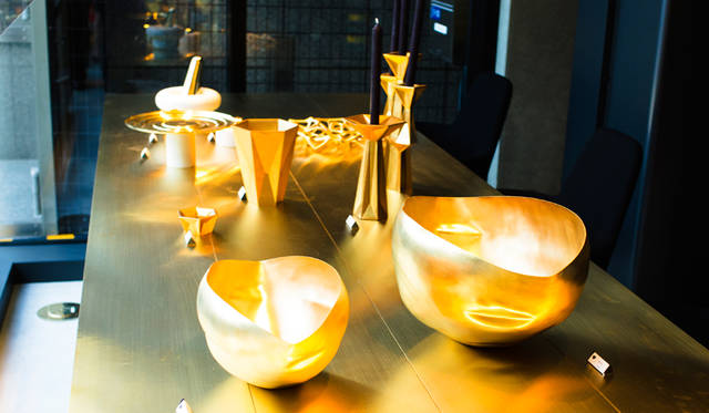 クラフト感たっぷりのメタル素材が魅力的なホームアクセサリーが並ぶ「TOM DIXON SHOP」の店内。手前の「Bash Vessel 」シリーズの「Small」と「Large」は、フラワーベースなどに使いやすい。テーブル中央の「Gem」シリーズは左から「Vase Lage」「Tea Light Holder」「 Candelabra」」「Candelestick」