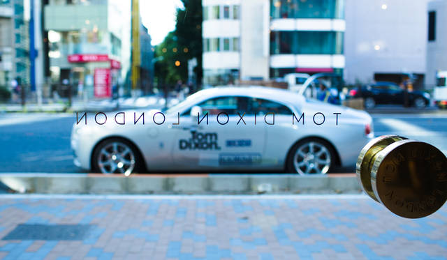 """青山通りに面した「TOM DIXON SHOP」の前に、 おなじ英国ブランドでもあるロールスロイスの""""トム・ディクソン""""特別仕様車も登場"""