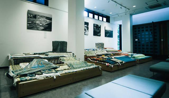 「TOM DIXON SHOP」の店内。2階には、商談スペースがもうけられ、豊富なテキスタイルも展示されている