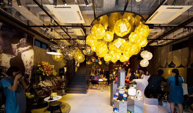 「TOM DIXON SHOP」の店内。エントランスフロアは照明の展示が豊富で、「Etch Pendant Brass 32cm」や「Etch Web Brass Pendant」などが、圧巻の存在感を示している