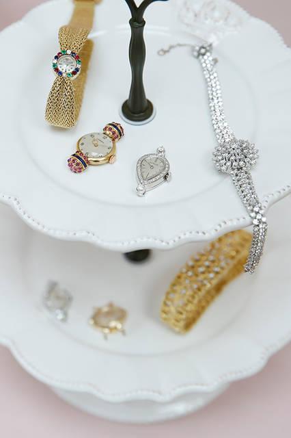(左から)ジャガー・ルクルト/1950年代製 18KYG・ダイヤモンド・エメラルド・ルビー・サファイヤ 91万8000円、ジュベニア/1950年代製 18KYG・合成ルビー・合成サファイヤ 27万円、ル・クルト/1960年代製 14KWG・ダイヤモンド 41万400円、オメガムーブ/参考商品