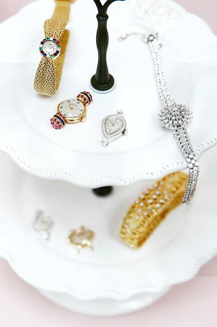 (左から)ジャガー・ルクルト/1950年代製 18KYG・ダイヤモンド・エメラルド・ルビー・サファイア 91万8000円、ジュベニア/1950年代製 18KYG・合成ルビー・合成サファイア 27万円、ル・クルト/1960年代製 14KWG・ダイヤモンド 41万400円、オメガムーブ/参考商品