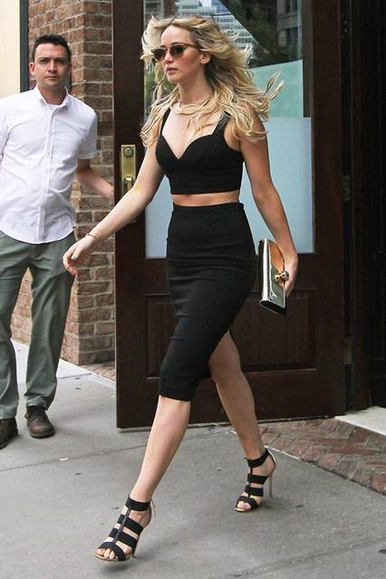 ニューヨークで姿を現れた女優のジェニファー・ローレンス。クロップドトップスにタイトスカートを合わせて、辛口なセクシースタイルに。ロジェ ヴィヴィエのメタリッククラッチでエッジィなアクセントを加えた。