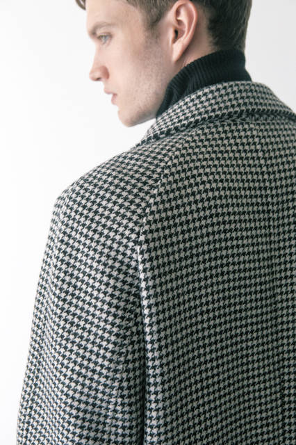 1960年代と80年代はじめに漂っていた独特なモダンな雰囲気をミックス。ハウンドトゥース柄のシャープなスタイルのコートに、細身のパンツを合わせたモッズスタイル。さらに極上の素材使いによって、さり気ないラグジュアリー感も薫り立つ。 <br><br> コート42万1200円、ニット14万400円(トム フォード/阪急メンズ大阪3階、阪急メンズ東京3階)
