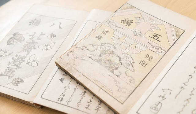 <strong>MITSUKOSHI 日本橋三越本店</strong><br />今回のイベント「北斎漫画の世界へようこそ」では、北斎漫画の展示・販売に協力。希少な初摺(ずり)でコンディションの良いものを選りすぐり、約100点を額装して販売する