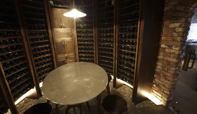 <strong>DOMINIQUE BOUCHET TOKYO ドミニク・ブシェ トーキョー</strong><br />レストラン中央に位置する煉瓦(レンガ)造りのワインカーヴ