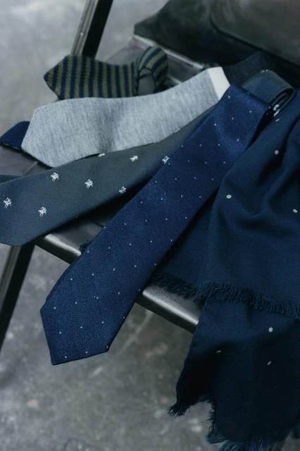 ネクタイ各1万6200円、スカーフ3万8880円(すべてマーガレット・ハウエル)