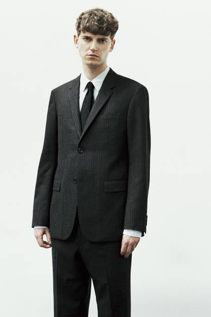「ラバット」社の「FINE MERINO DOUBLE STRIPE」は、チャコールグレーのベースに極細のライトグレーのステッチが上品さを演出。ほどよい起毛感が秋冬シーズンらしい表情をつくる。定番のシルエットのドレスシャツとドットネクタイが、オーセンティックな雰囲気を醸し出す。ジャケット9万720円、シャツ3万2400円、トラウザーズ4万6440円、ネクタイ1万6200円(すべてマーガレット・ハウエル)