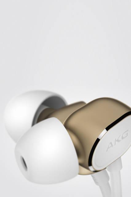 <strong>N20</strong><br /> 価格|オープン(公式オンラインストア価格:1万6070円)<br /> 装着感に優れた「アングルド・イヤチップ」構造は「N20U」「N20」共通の仕様。ハウジング部分から音筒が斜めに伸び、耳の奥までしっかりと装着することができ、安定性した快適な装着感を実現する