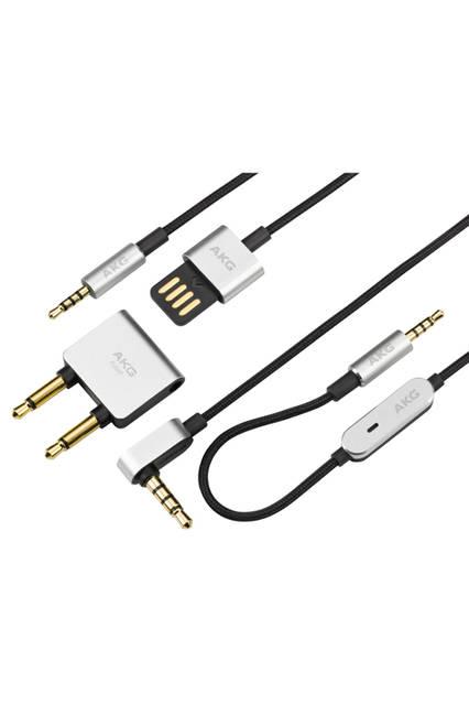<strong>N60NC</strong><br /> 価格|オープン(公式オンラインストア価格:3万2270円)<br /> フライトアダプタ、充電用USB ケーブルが付属。USBコネクタから手軽にバッテリーをチャージでき、満充電から約30時間の連続使用が可能