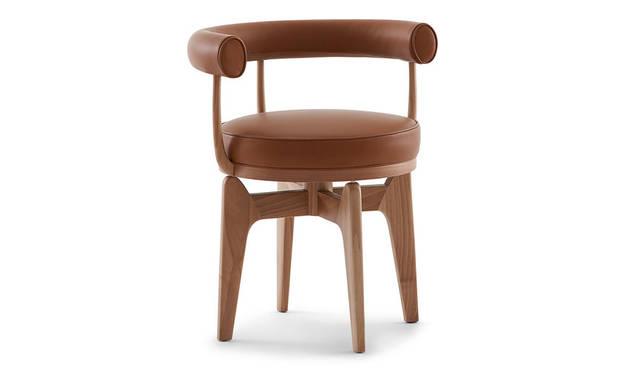 <strong>Cassina ixc.|カッシーナ・イクスシー</strong><br />シャルロット・ペリアンがル・コルビュジエに出合う前の1927年にデザインし、1929年のサロン・ドートンヌでル・コルビュジエ、ピエール・ジャンヌレ、シャルロット・ペリアンの3名によるコレクションに加わり大成功を収めたメタルフレームのアームチェア「LC7」を木製に応用。1943年にベトナムでペリアンは自宅用にデザインした。新作アイテム「INDOCHINE」(Design:Charlotte Perriand)43万2000円~