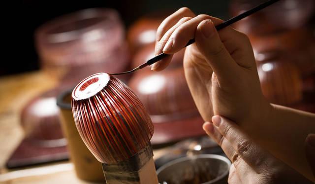 <strong>Cassina ixc.|カッシーナ・イクスシー</strong><br />和雑貨セレクション「hyakushiki」。デザイナーとのコラボレーションにより、日本の伝統をどこかに感じさせながらも現在の暮らしのなかで新鮮に映るような、あたらしい漆の表現方法が生まれた