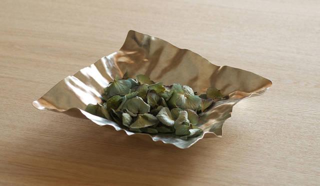 <strong>Cassina ixc.|カッシーナ・イクスシー</strong><br />和雑貨セレクション「syouryu」。「金鎚で叩く」技術により錫の板を圧延して作られた「形を変えられる」錫のプレートを展開。紙のように薄い錫プレートは「すずがみ」と名付けられた