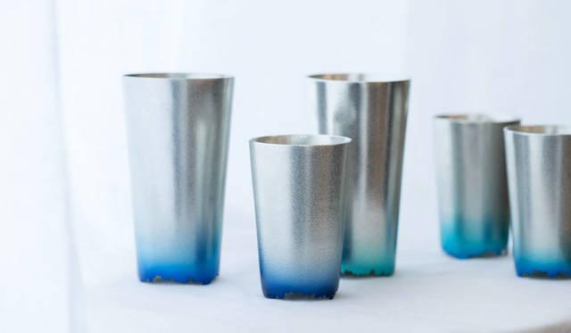 <strong>Cassina ixc.|カッシーナ・イクスシー</strong><br />和雑貨セレクション「NAGAE+」。第一弾製品「Four seasons」は、日本の四季を美しく切り取る器をコンセプトに、四季折々の日本の色を愉しむ錫の酒器シリーズ。今回、四季の自然色に基づき、夏の涼をあらわす「Iceburg」などを国内先行で紹介する