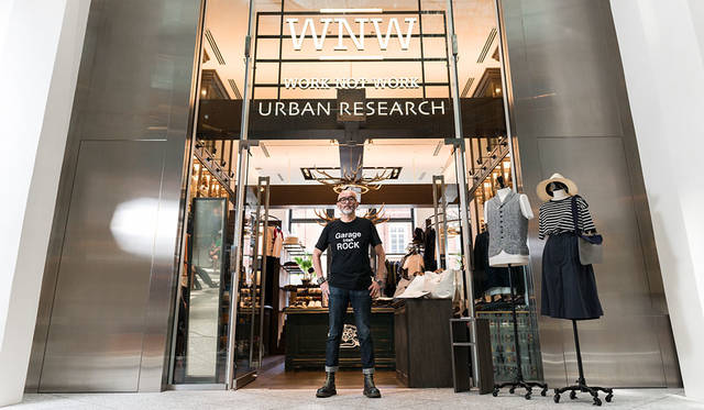 <strong>WORK NOT WORK|ワーク ノット ワーク</strong><br />旗艦店「WORK NOT WORK URBAN RESEARCH KITTE丸の内店」前にてスタイリスト馬場圭介氏
