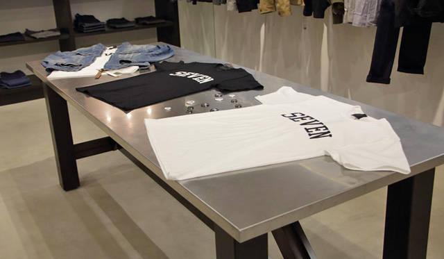 <strong>LOUNGE LIZARD|ラウンジリザード</strong><br />オープン記念の直営店限定Tシャツ(サイズはS、M、Lの3サイズ展開)各4860円