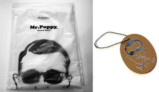 <strong>H? Katsukawa from Tokyo|エイチ カツカワ フロム トウキョウ</strong><br />「Mr.Poppy」Tシャツ 袋はオリジナルの雰囲気あるグラシン袋で、レザーキーホルダーをもれなくプレゼント