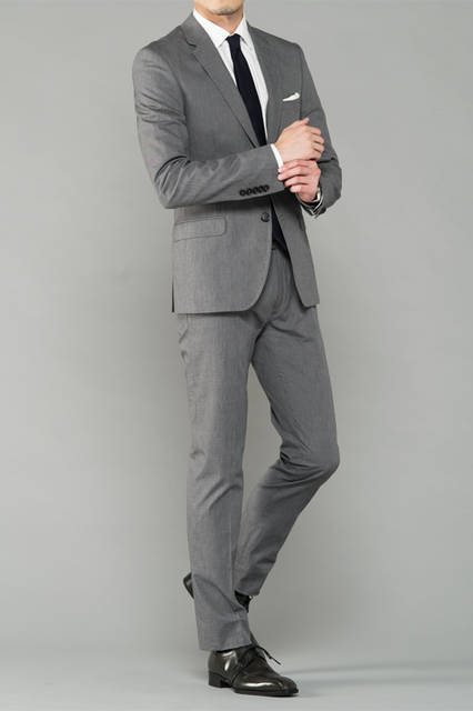 """<strong>MEN'S DRESS STYLE</strong><br /> 品のある装いが求められるビジネスシーン。このスタイリングでは、艶のあるシャープなドレスシューズに、あえてワントーン落としたグレーのものを選んだ。いつものスーツの装いをシャープなオンスタイルに変えてくれる。<br /> <a href=""""/gallery/1321766/1"""" class=""""link_underline"""">靴 2万5920円</a>  <!-- <br /> <br />  <a href=""""http://www.regalshoes.jp/week/mens/ """" target=""""_new"""">http://www.regalshoes.jp/week</a> -->"""