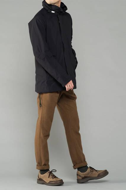 """<strong>MEN'S CASUAL STYLE</strong><br /> 雨の日は、アノラックを中心にしたシンプルなコーディネートがおすすめ。足もとは、「ゴアテックス®」を使ったスニーカーで快適に過ごしたい。  <br /> <a href=""""/gallery/1321766/19"""" class=""""link_underline"""">靴 2万5920円</a>"""
