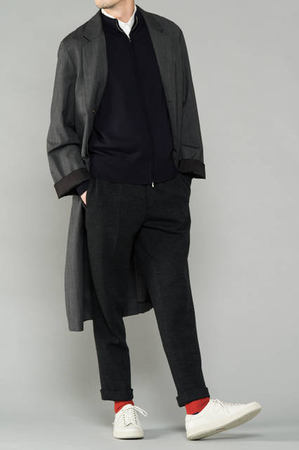 "<strong>MEN'S SPORT STYLE</strong><br />冬の訪れを感じさせる肌寒い日は、薄手のロングコートが活躍。モノトーンのコーディネートを、あえてスニーカーとソックスで外すことでクールに演出。  <br /> <a href=""/gallery/1321766/21"" class=""link_underline"">靴 1万7280円</a>"