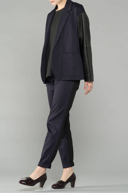 "<strong>WOMEN'S DRESS STYLE</strong><br />女性のフォーマルは、色のトーンをまとめることで、いつもと違った雰囲気を作り出す。マニッシュなデザインのパンプスがアクセントに。 <br /> <a href=""/gallery/1321766/27"" class=""link_underline"">靴 1万8360円</a>"
